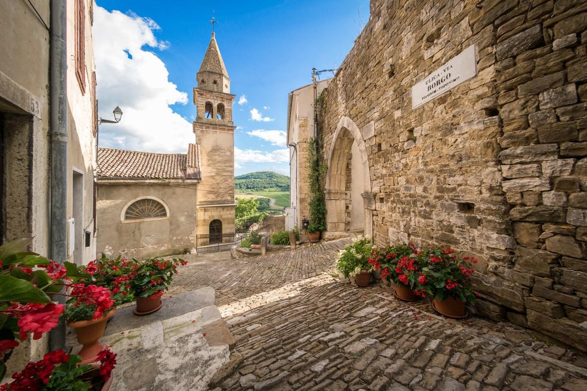 Crkva Sv. Ivana Krstitelja i Sv. Marije od Vrata te Gotička vrata