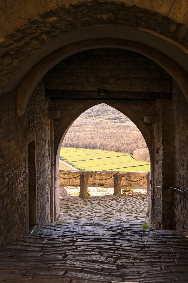 Glavna gradska vrata iz 14. stoljeća i pogled na dolinu rijeke Mirne