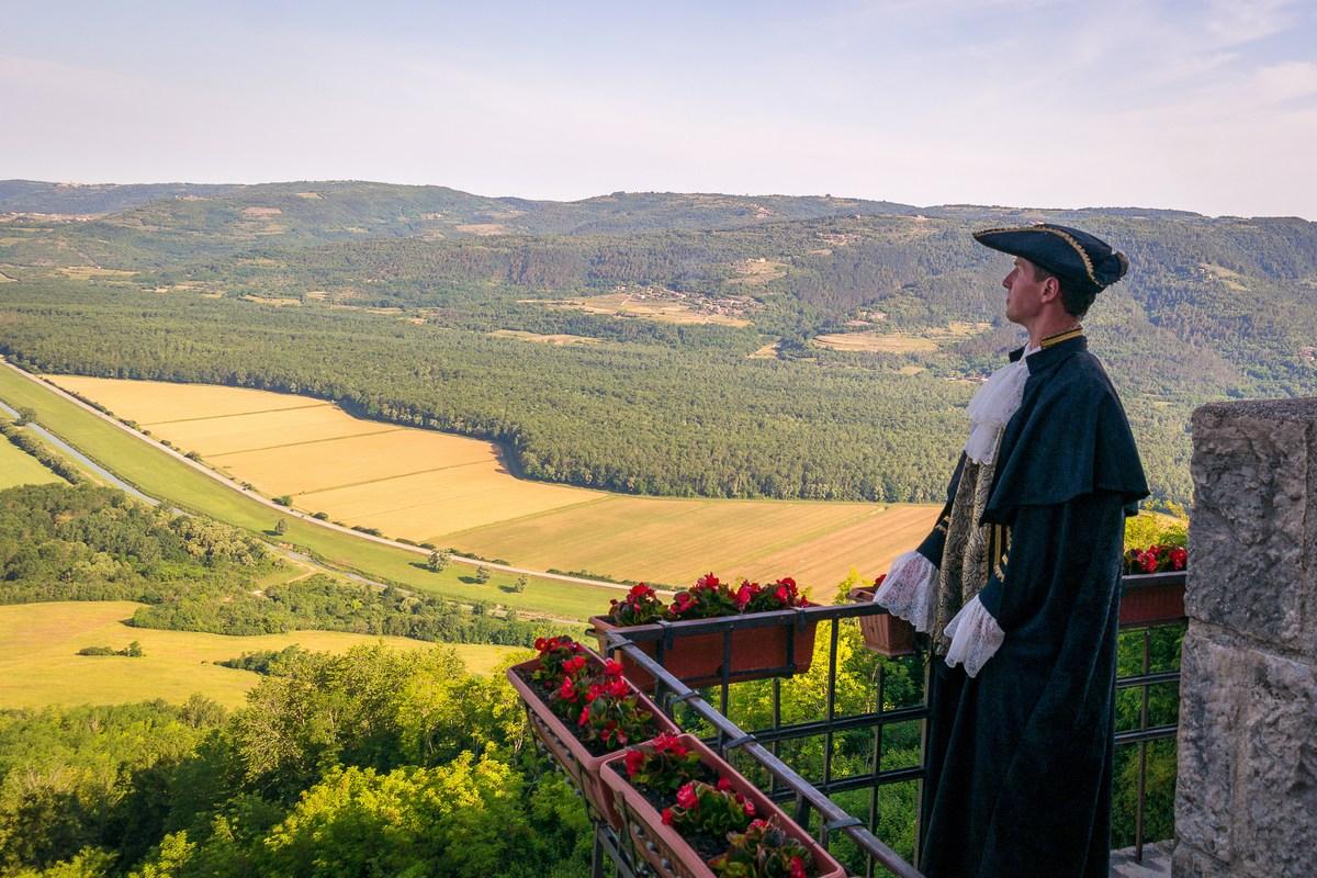 Mletački podestat Marco (Dean Prodan) gleda na dolinu rijeke Mirne i Motovunsku šumu