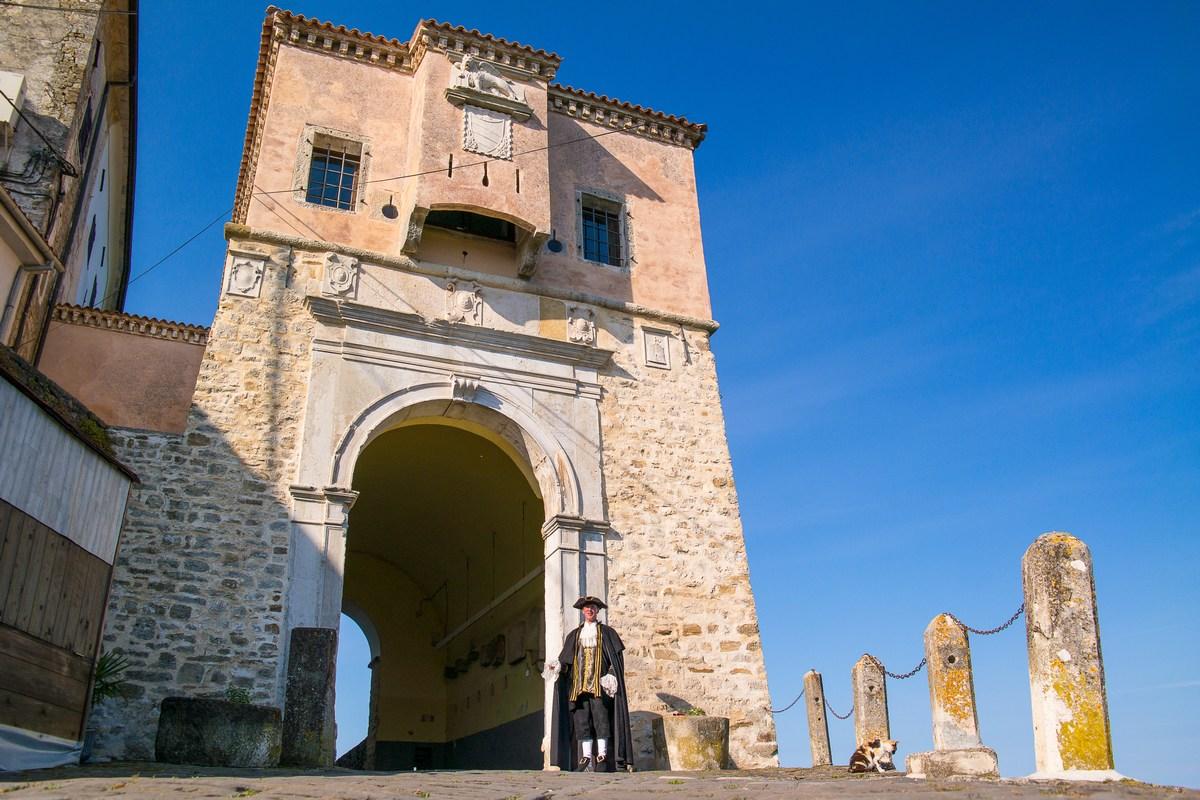 Mletački podestat Marco (Dean Prodan) ispred kule Nova vrata