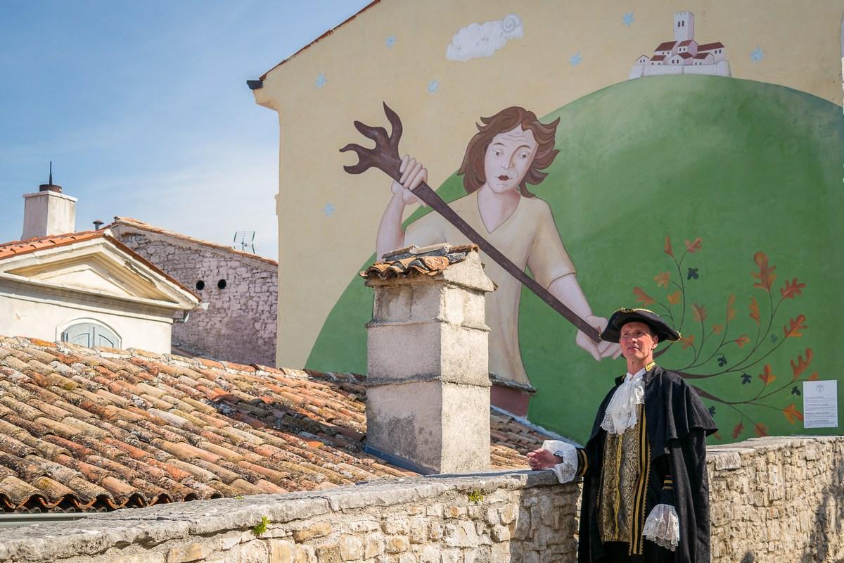 Mletački podestat Marco (Dean Prodan) ispred murala Velog Jože