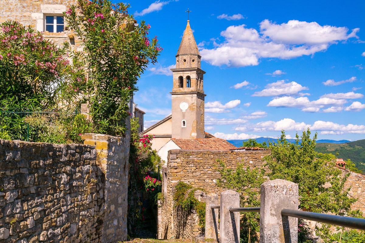 Pogled na zvonik crkve Sv. Ivana Krstitelja i Sv. Marije od Vrata