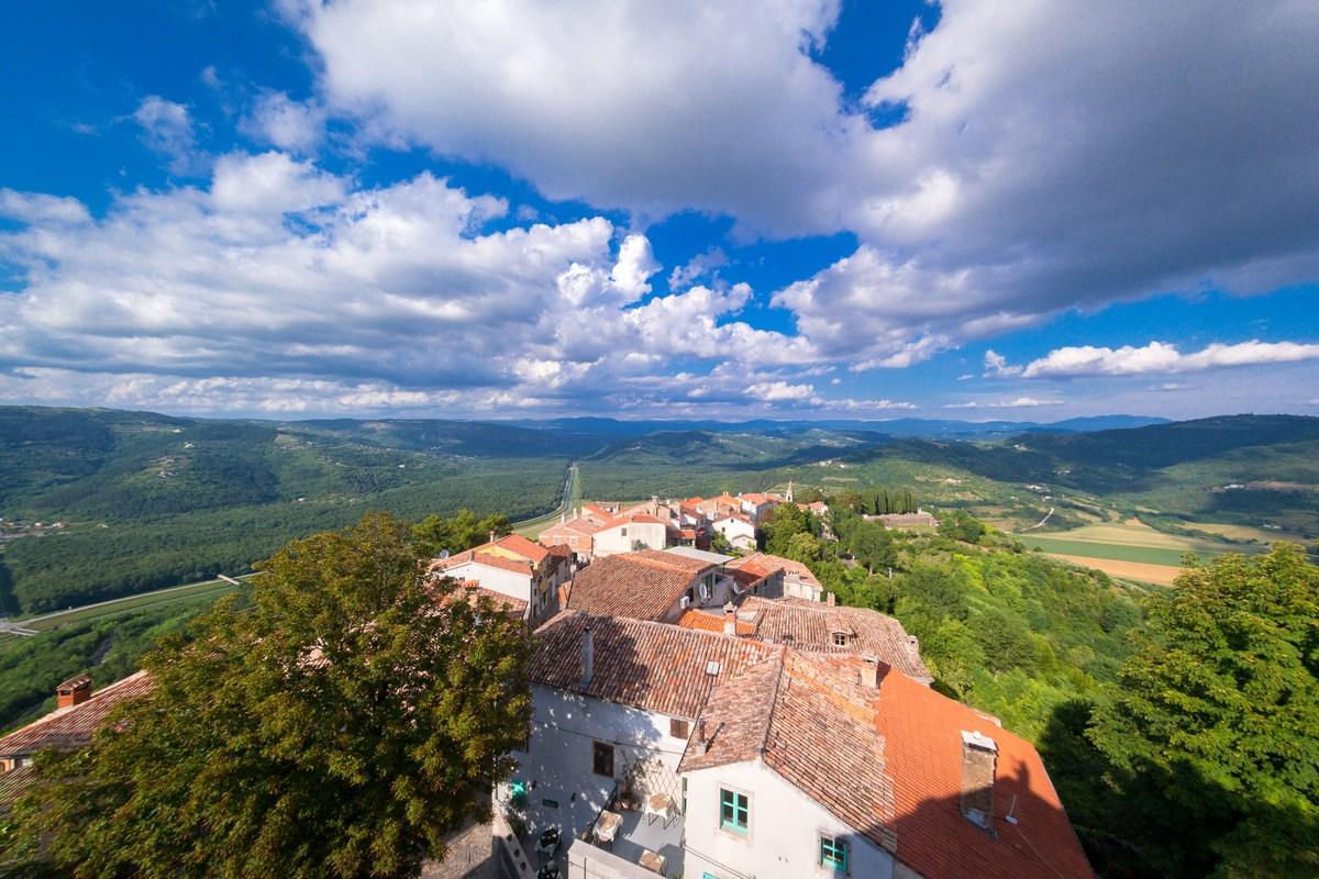 Pogled s zidina na ulicu Gradiziol