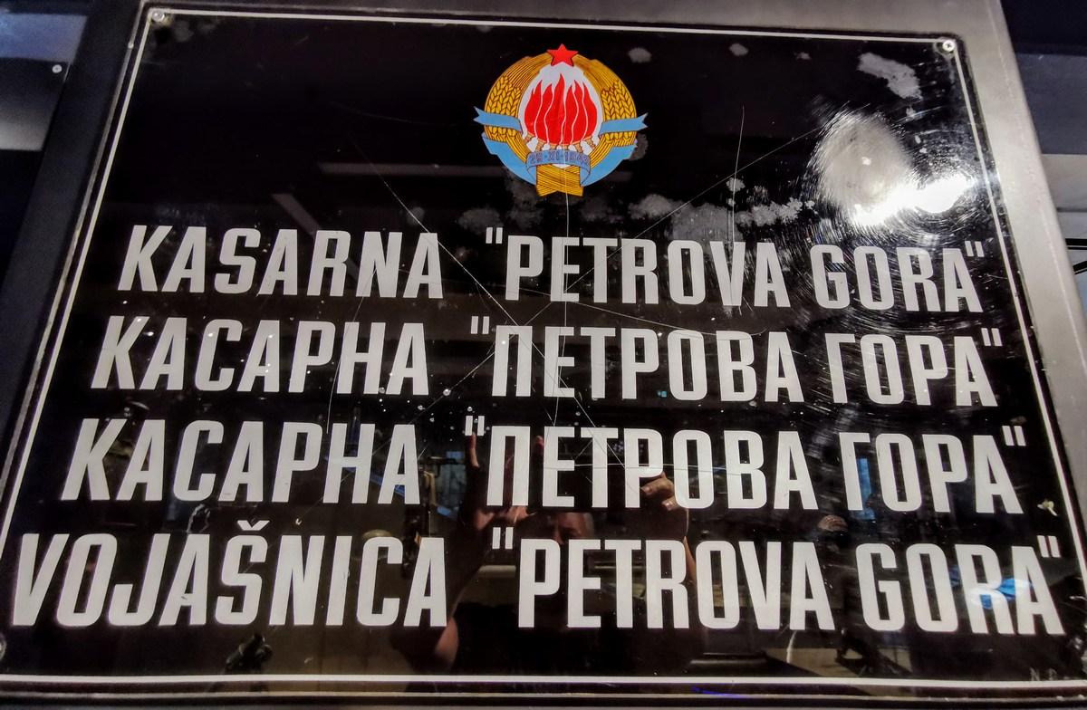 Tabla na kasarni JNA