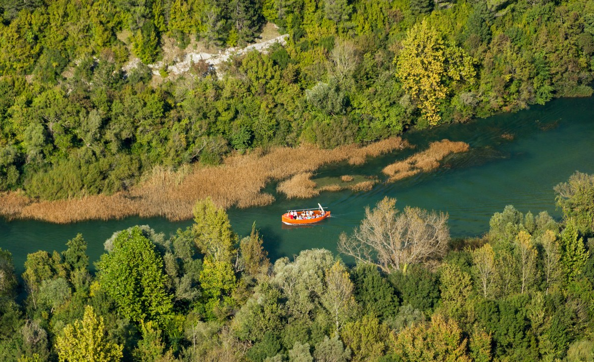 Ladjica na Cetini, foto TZ Omiš