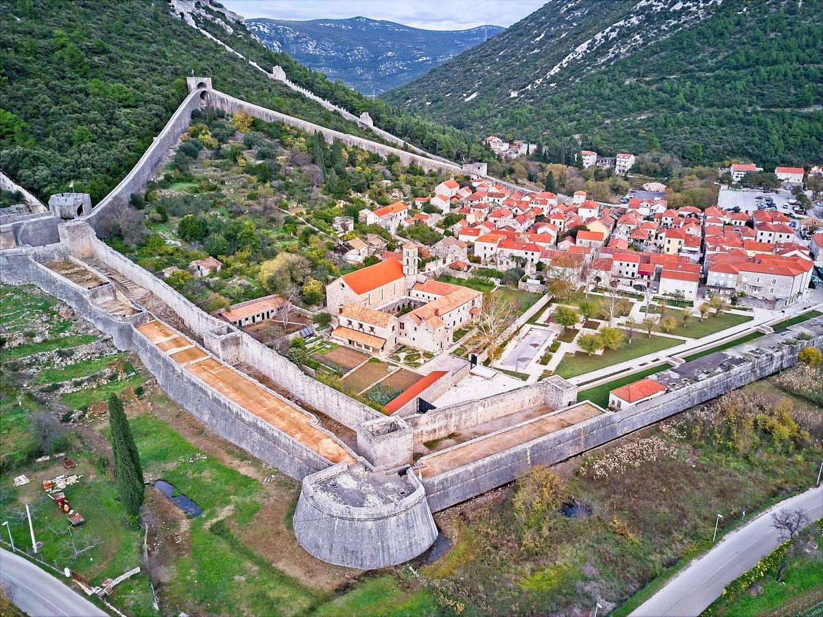 Obzidje ter samostan v ospredju