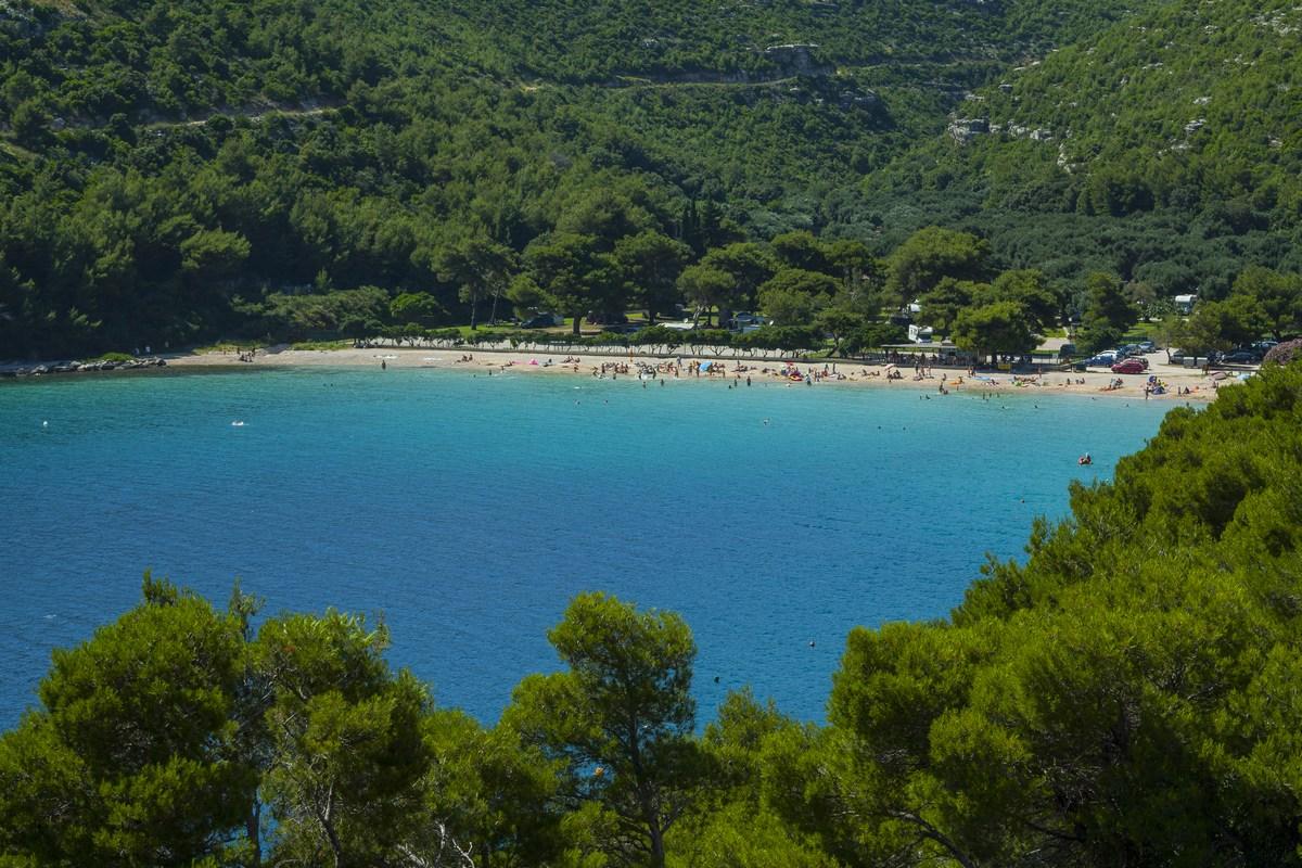 Pješćana plaža Prapratno okružena stoljetnim maslinicima