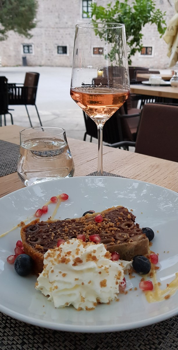 Stonski makaruli i desertno pelješko vino