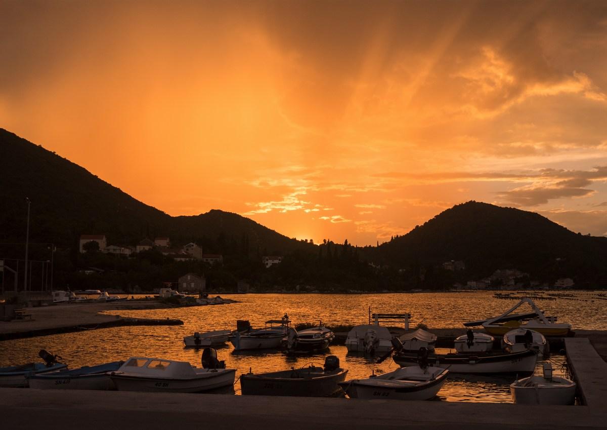 Zalazak sunca, naselje Luka