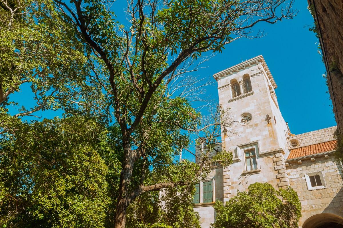 Samostan v objemu narave