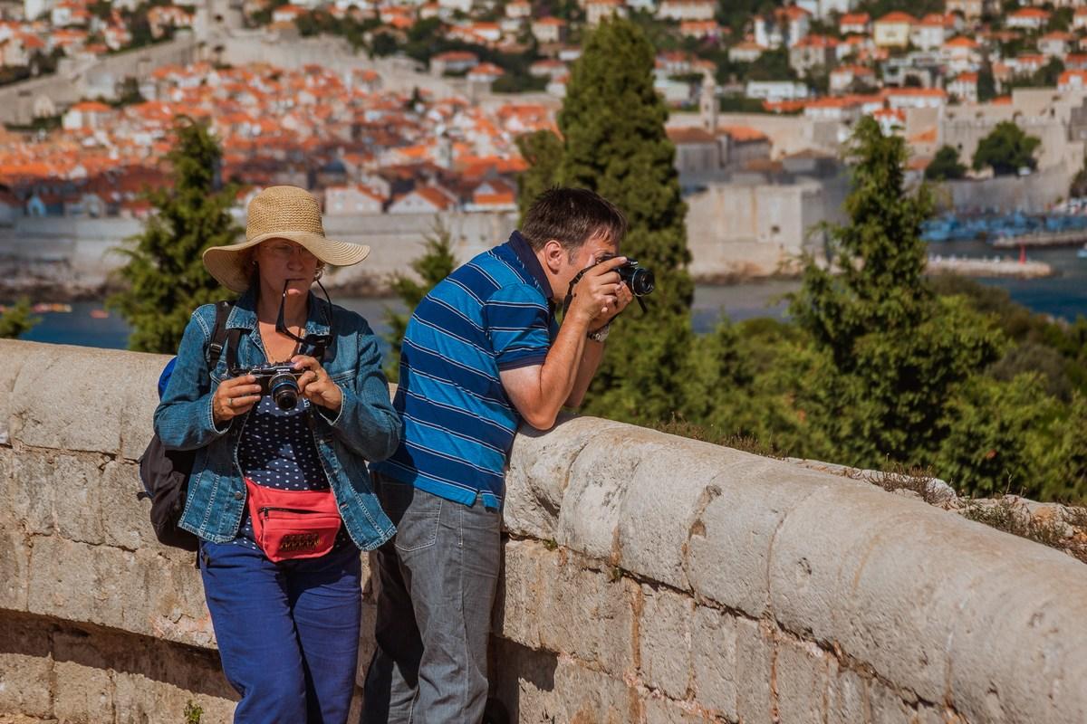 Turista fotografirata, zadaj Dubrovnik