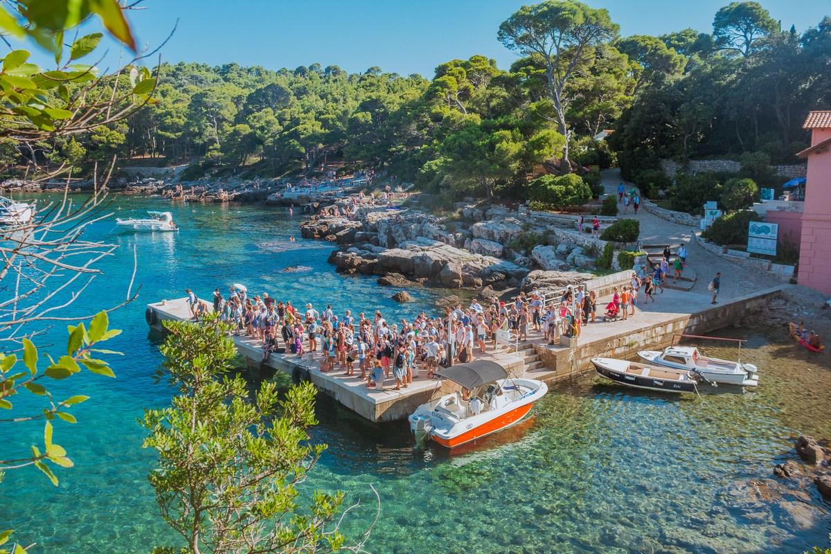 Turisti čakajo na prevoz v Dubrovnik