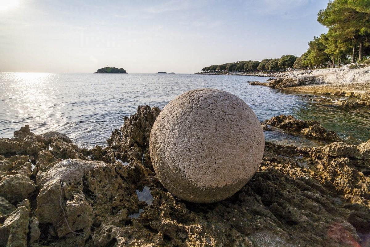Montraker, kiparski izdelek ob morju