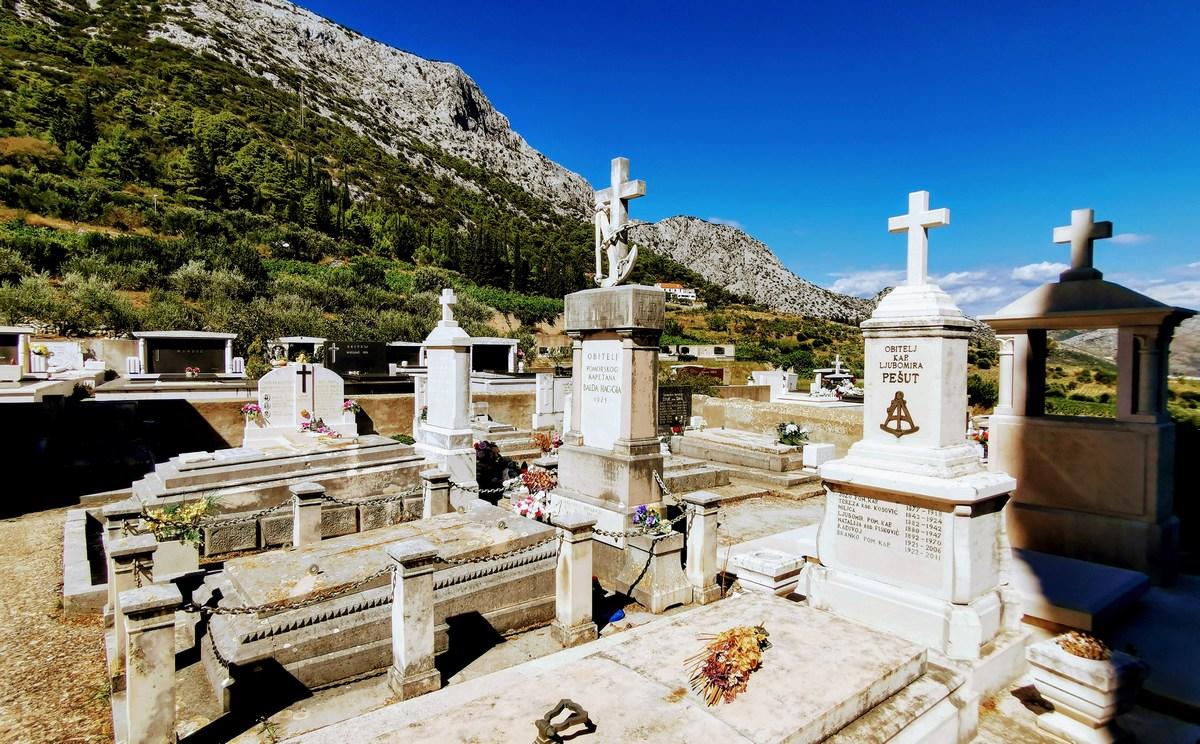 Iz pokopališča proti gori