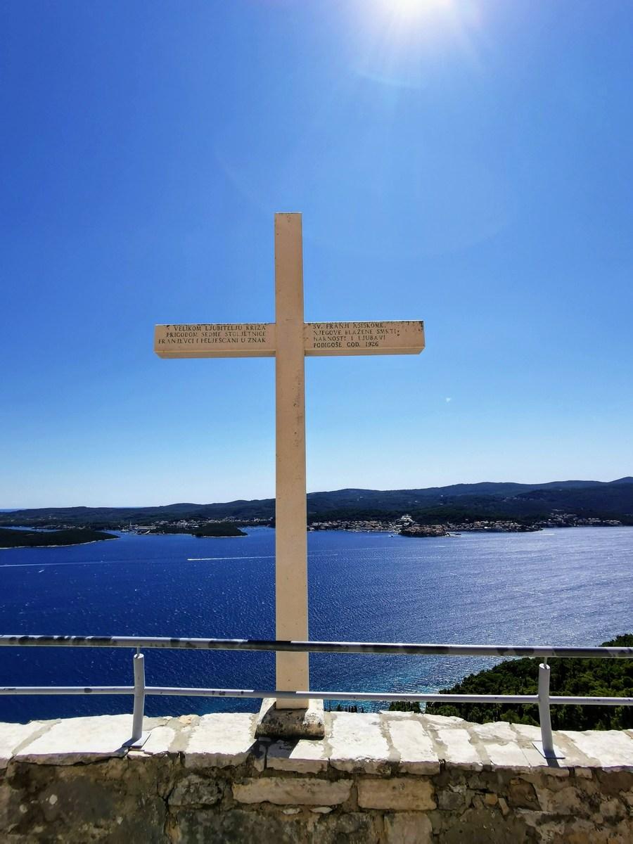 Križ in pogled proti Korčuli