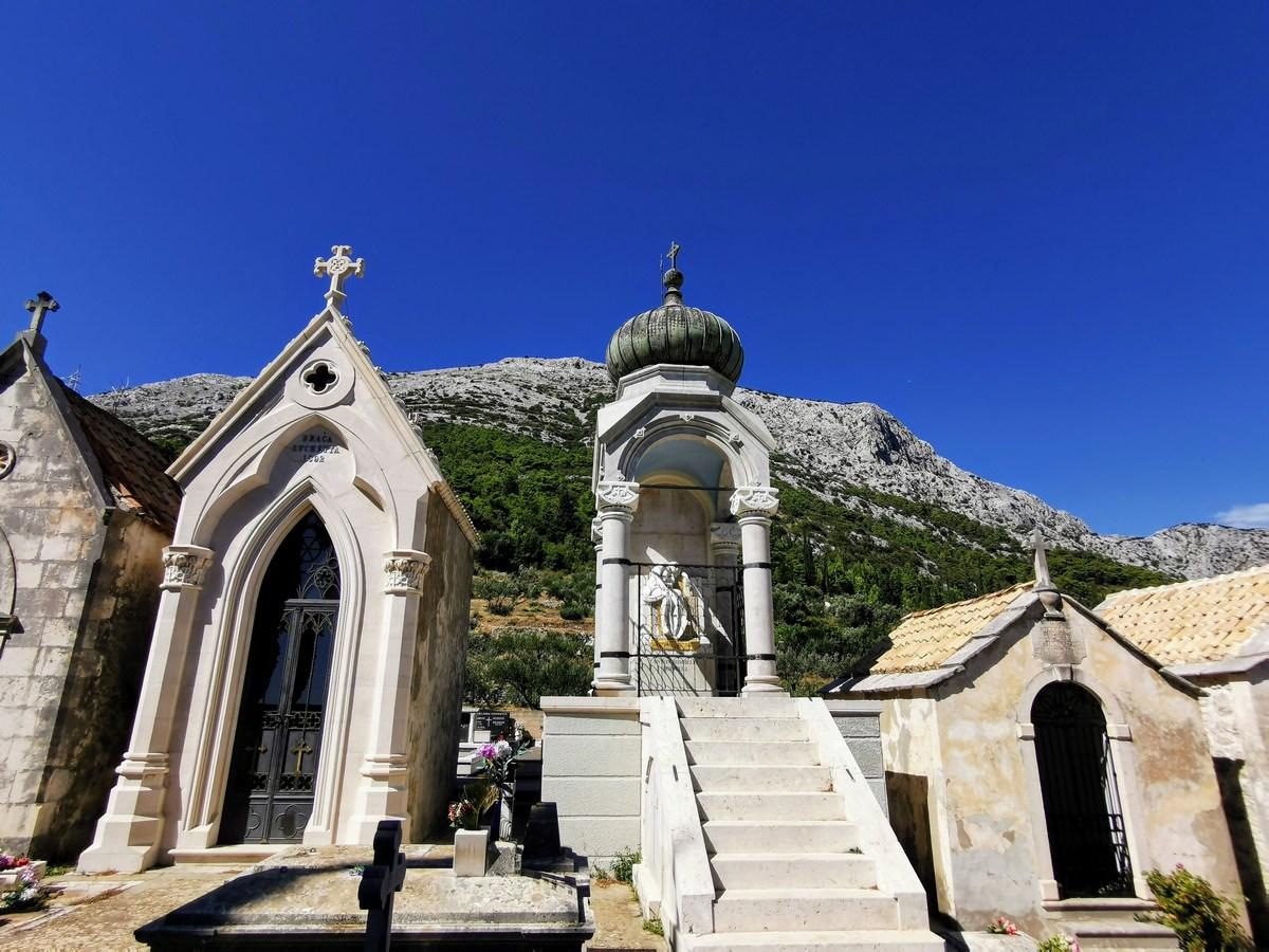 Mavzoleji, grobnice na pokopališču
