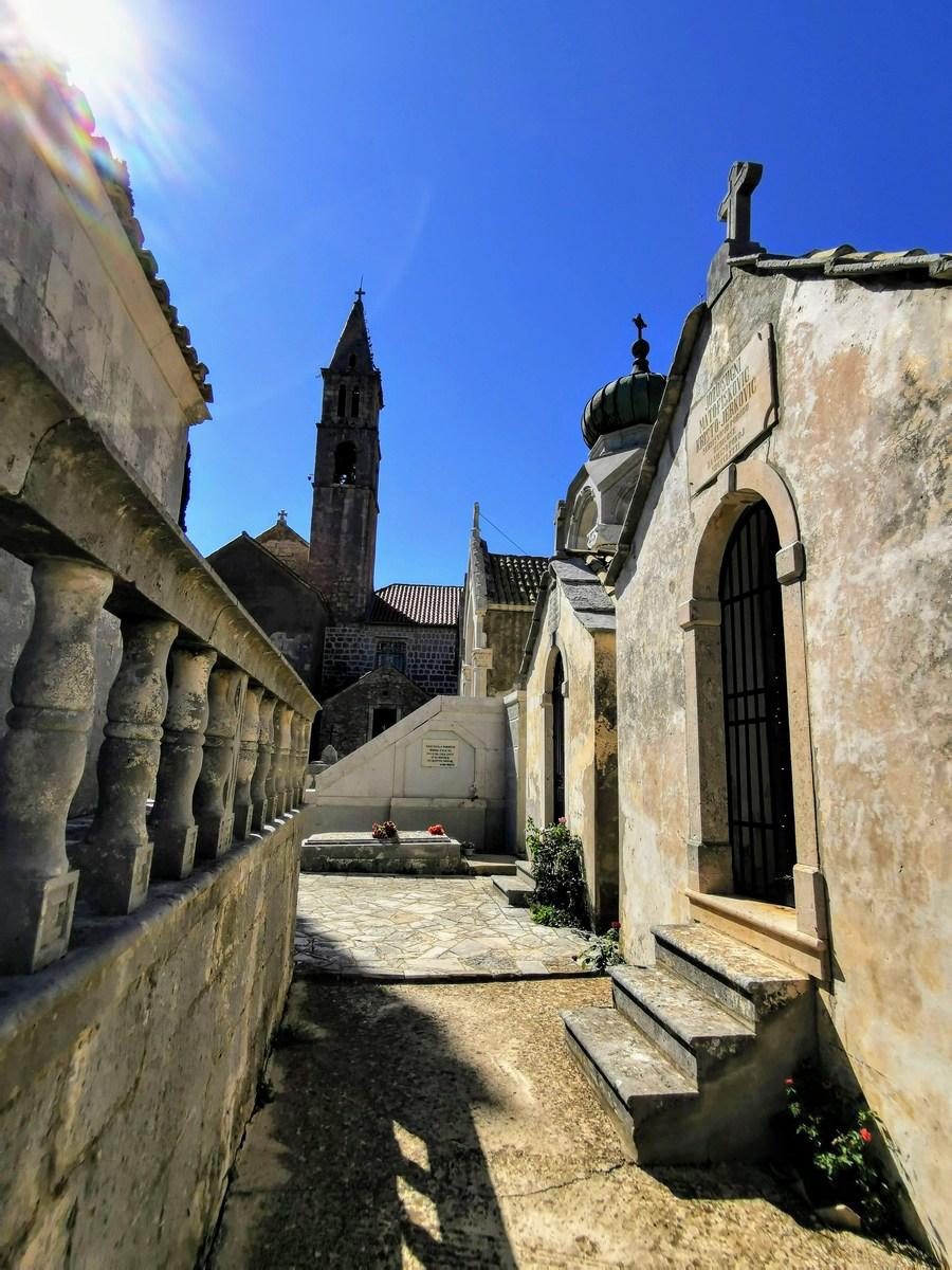 Pogled proti samostanu in cerkvi