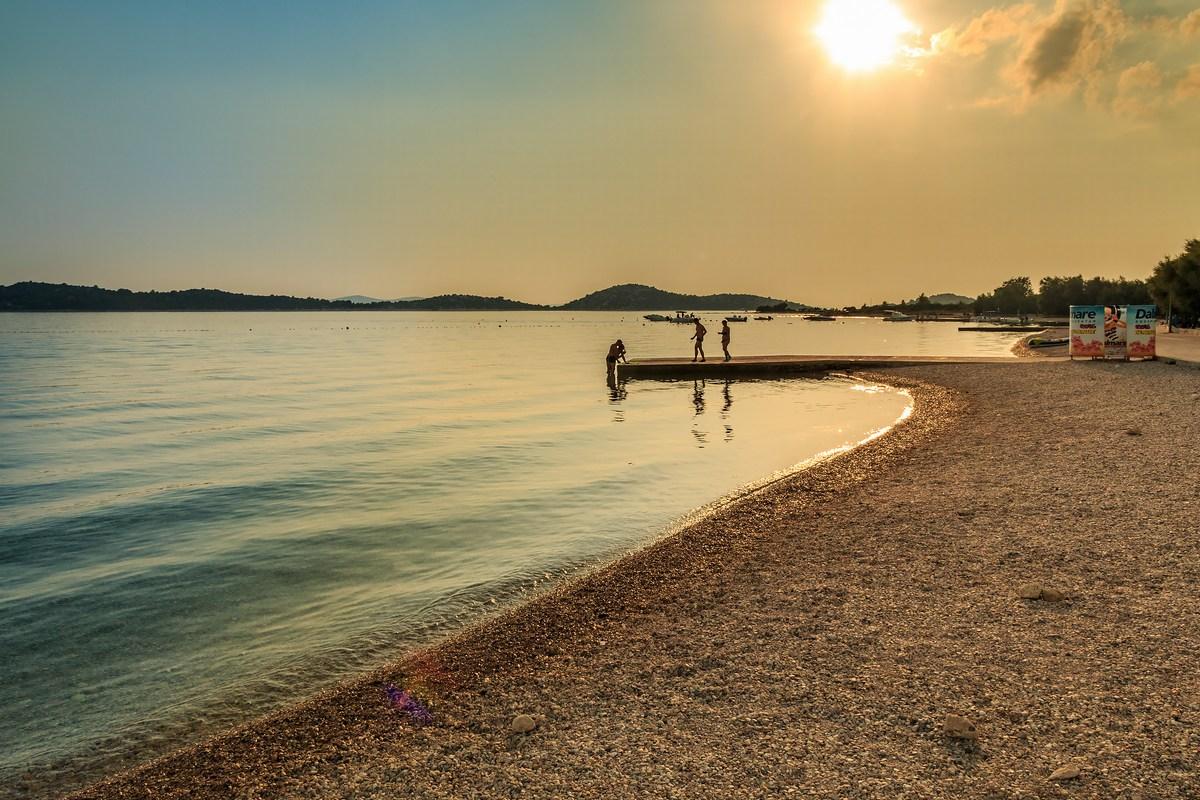 Sončni zahod na plaži v Vodicah, foto Andrija Carli