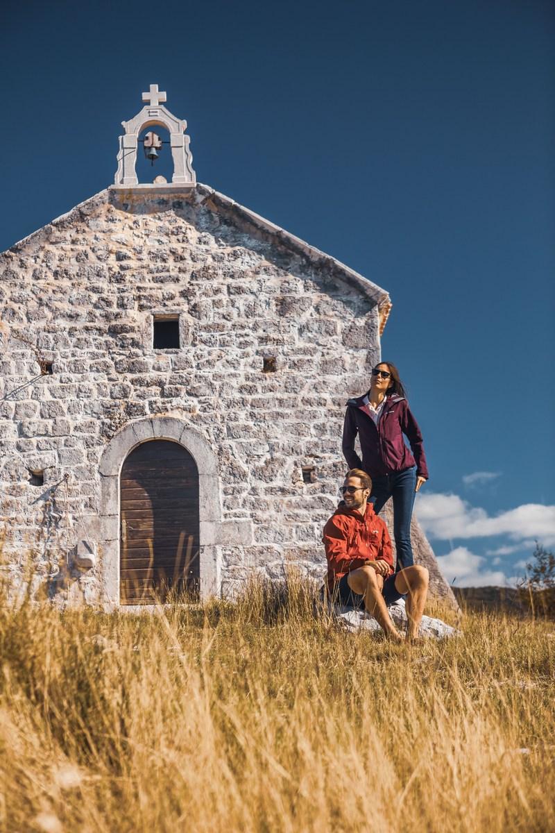 Pari pri cerkvici