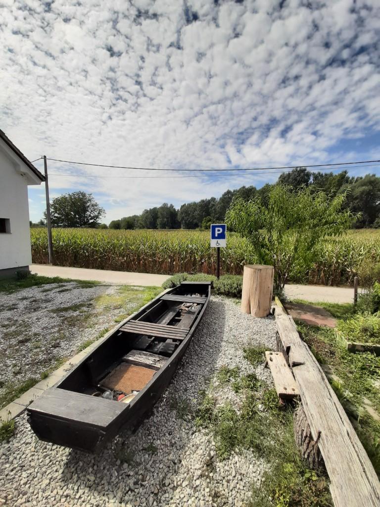 09 Drveni camac obitelji Davidovic ceka posjetitelje da zaplovi