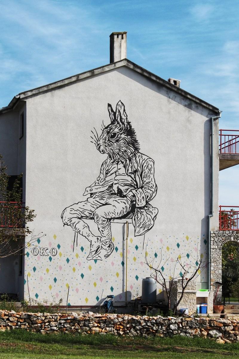 Moon_rabbit_OKO_mural_na_ulazu_u_grad_Vodnjan